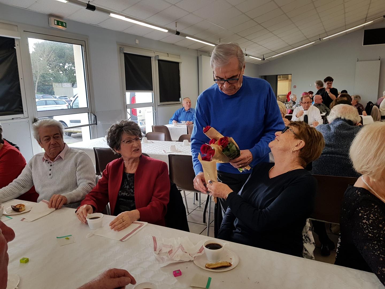 Le président de l'Amicale des Retraités offre une rose à chaque participante à l'occasion de l'après-midi dansant du 13 février.